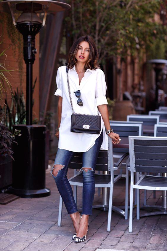 Jeans e camicia bianca con borsa Chanel