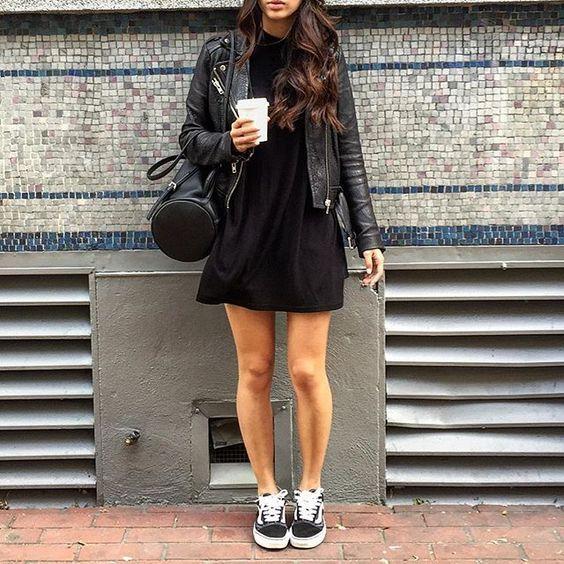 Come indossare un vestito nero: come abbinare il little black dress. I grandi classici del guardaroba. Moda over 40. #lbd #fashion #vestitnero #over40 #over50 #abitonero #modasera #minimalismo