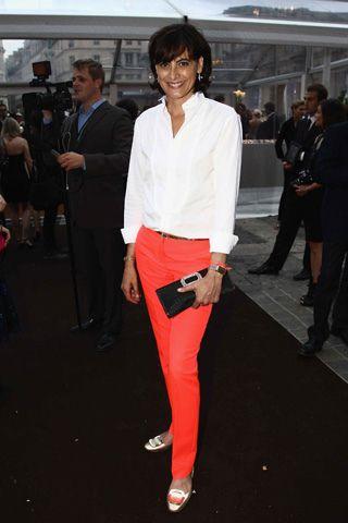 Camicia bianca e pantaloni colorati