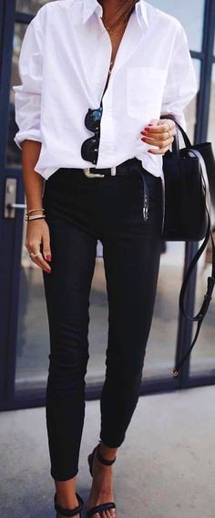Outfit con camicia bianca e pantaloni neri