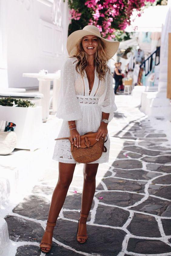 vestito bianco e borsa di paglia
