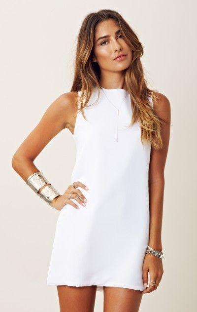 vestito bianco minimal con accessori argento