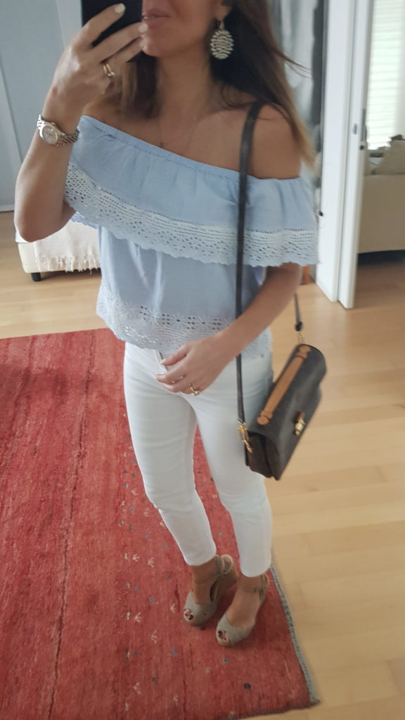 Look estivo con off shoulder top e jeans bianchi / Borsa pochette métis louis vuitton
