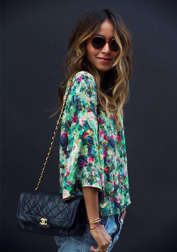blusa verde a fiori e borsa chanel