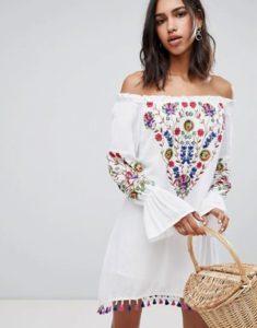 vestito bianco a spalle scoperte