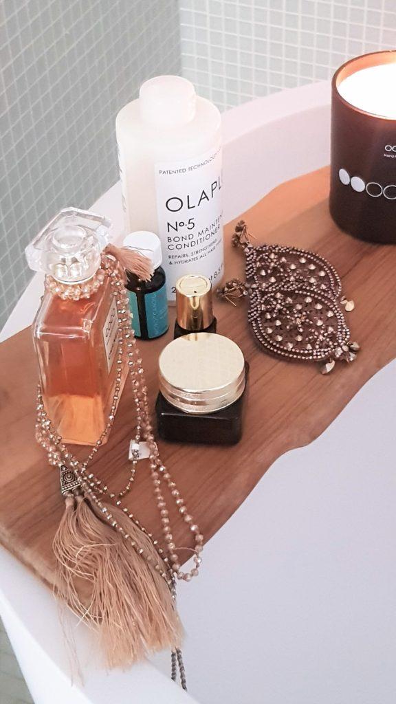 Bellissimi cosmetici che decorano il bagno