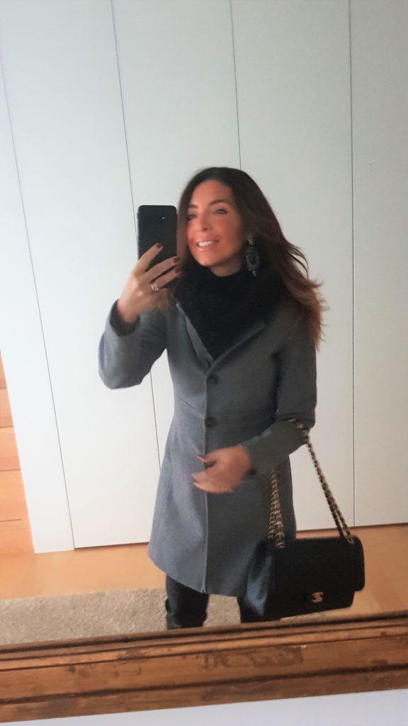 Outfit in nero con Chanel Jumbo e pantaloni in eco pelle