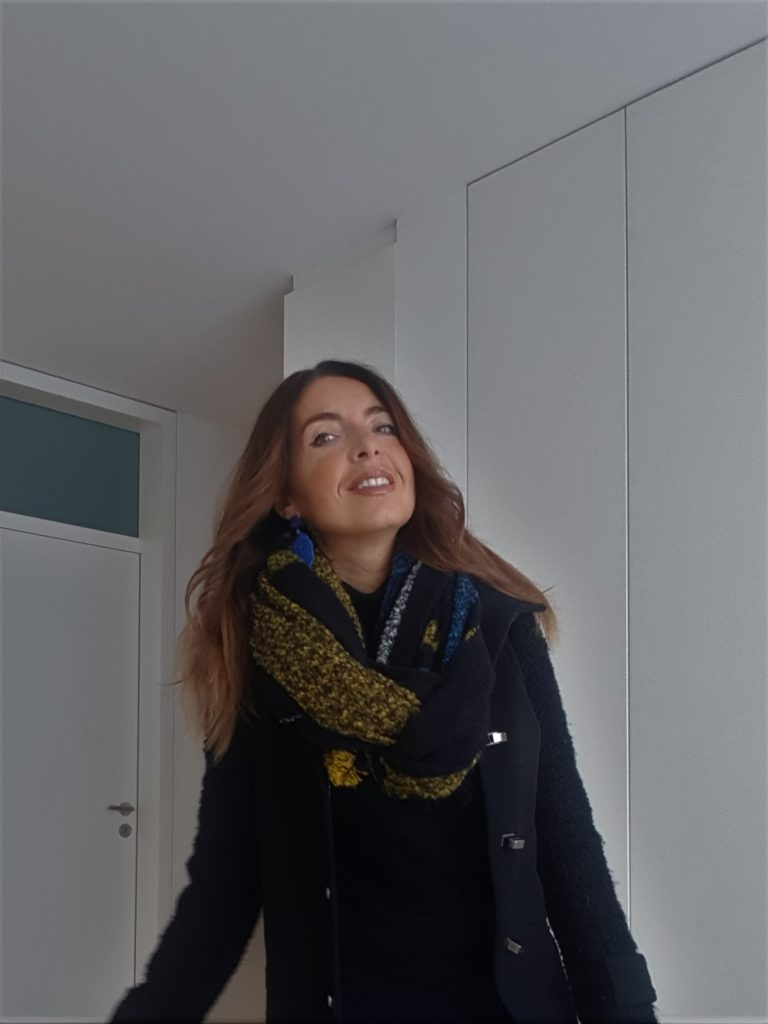 Total black con sciarpa scozzese