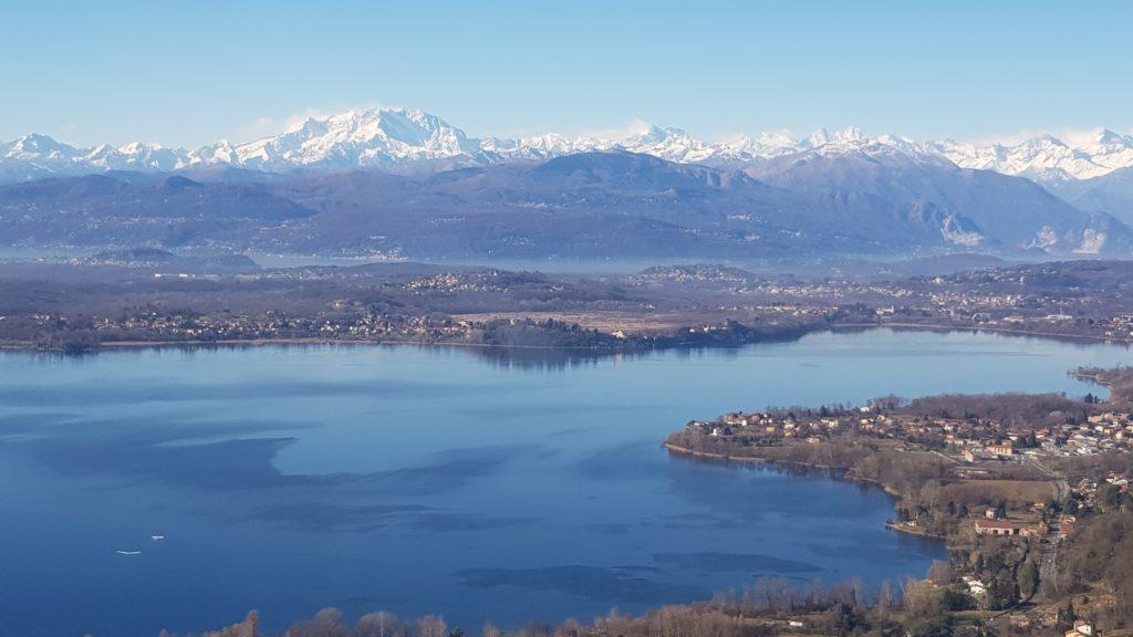 Lago di Varese e massiccio del Monte Rosa in lontananza