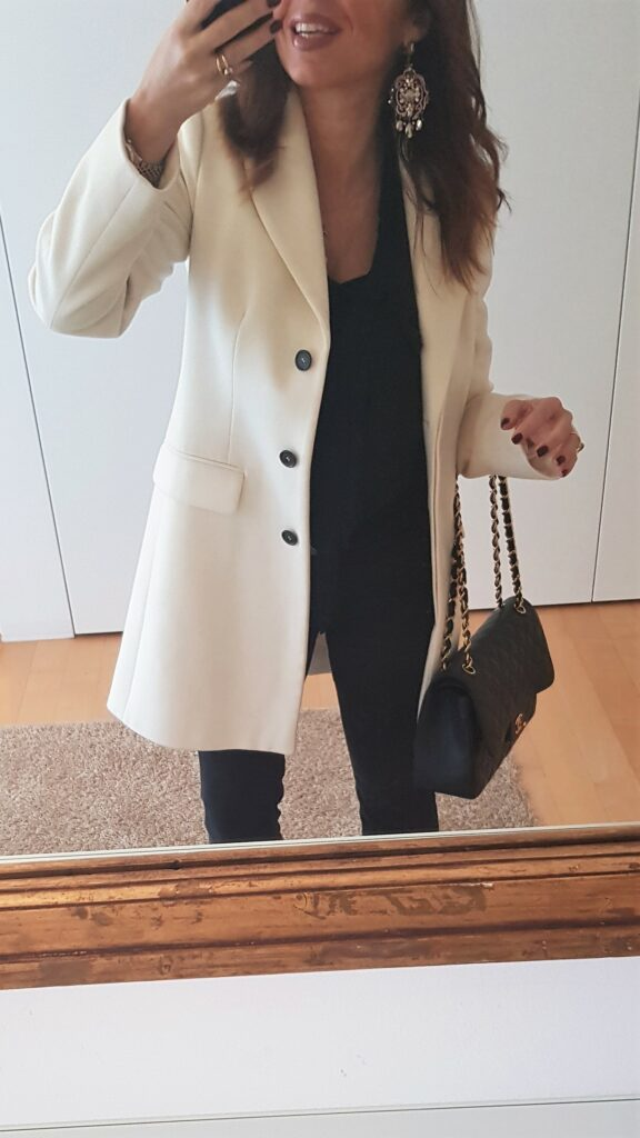 Look bianco e nero: look del giorno total black con Chanel Jumbo, cappotto bianco, jeans neri. Moda donna 2019.  Moda over 40. #over40 #moda2019 #2019fashion #2019fashiontrends #gucci