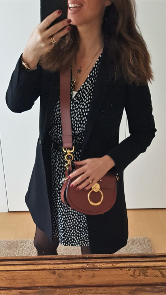 Abbinamento abito fantasia e borsa Chloe Tess