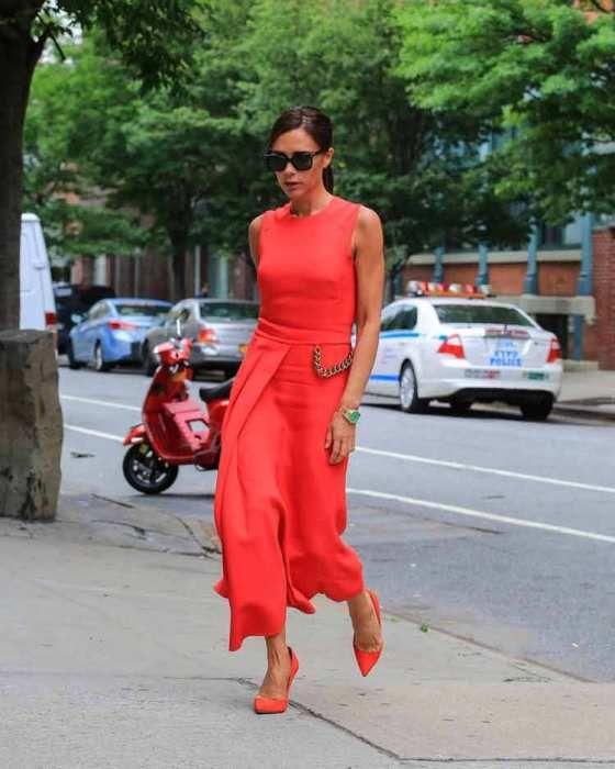 Come abbinare il living coral. Outfit con il color corallo.