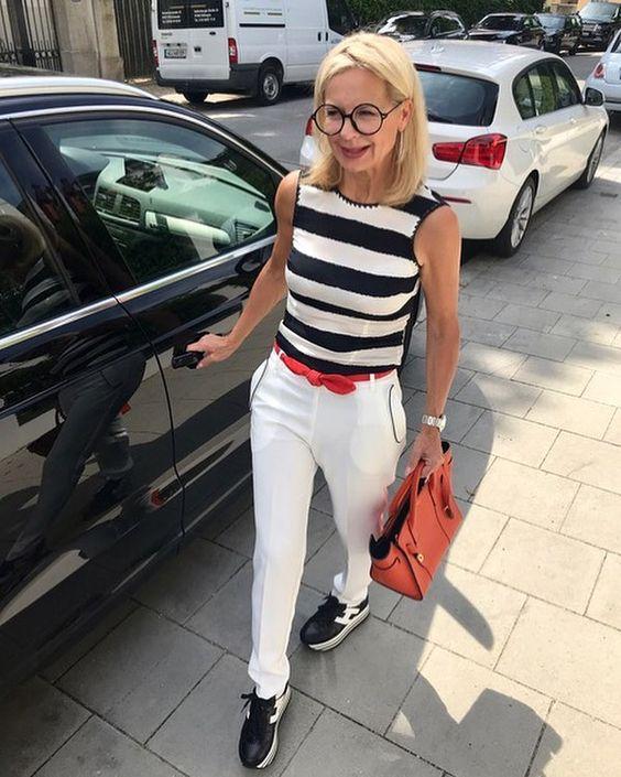 OUtfit bianco e nero con sneakers per over 50