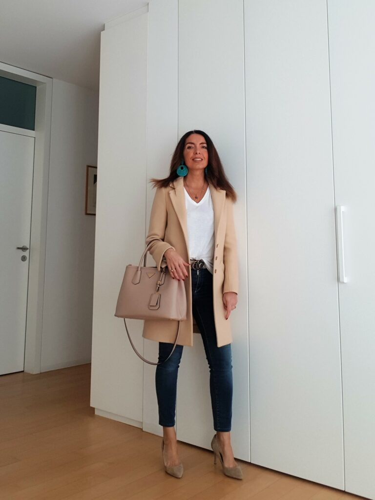 Outfit con jeans, T-shirt bianca e cappotto beige