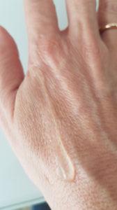 Consistenza e aspetto di Invisibluer Perfecting Shield su una mano