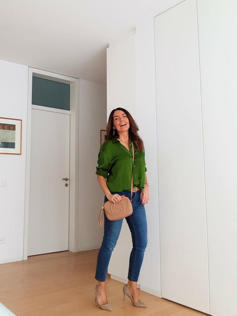 Abbinamento blusa verde e Gucci Disco bag