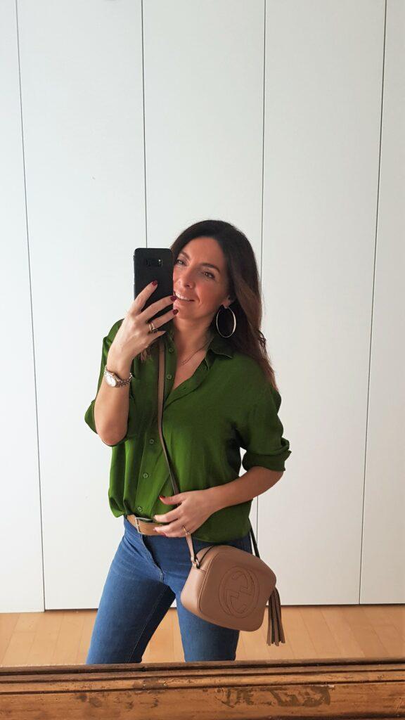 Abbinamento jeans e blusa colorata. Borsa Gucci Disco
