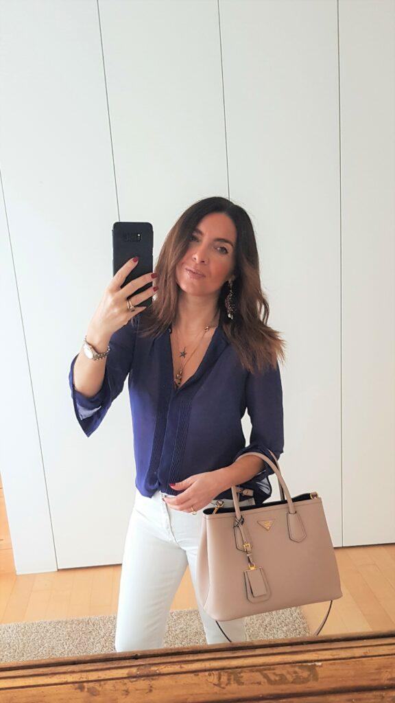 Outfit donna bianco e viola con accessori cipria