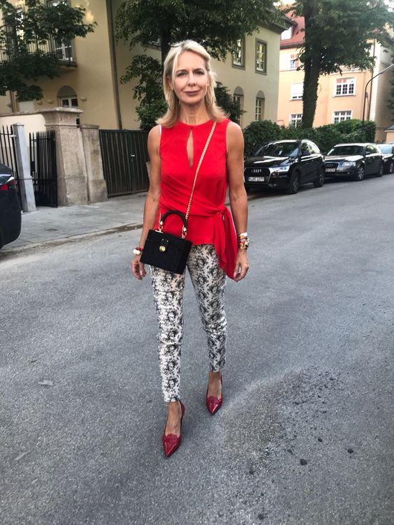 Outfit over 50 con pantaloni slim