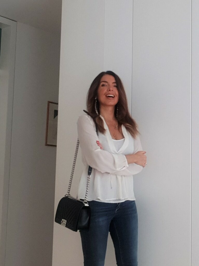 Blog di moda per donne over 40. Qui, look con jeans e camicetta con borsa Chanel Boy bag.