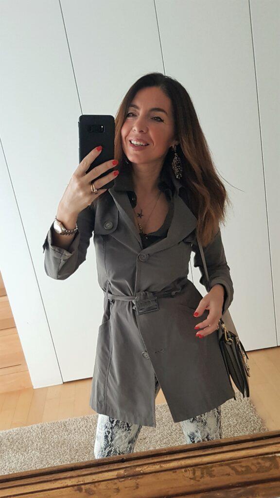 Come abbinare il pitonato - verde militare, accessori tortora, borsa Chloé Faye, stivali a calzino. Outfit primavera 2019. Come vestirsi quando piove. Moda over 40.