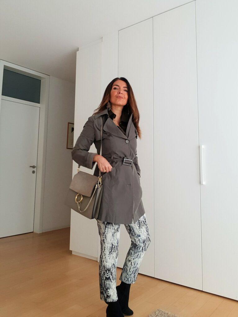 Abbinamento trench coat. Come abbinare il pitonato - verde militare, accessori tortora, borsa Chloé Faye, stivali a calzino. Outfit primavera 2019. Come vestirsi quando piove. Moda over 40. Trench coat