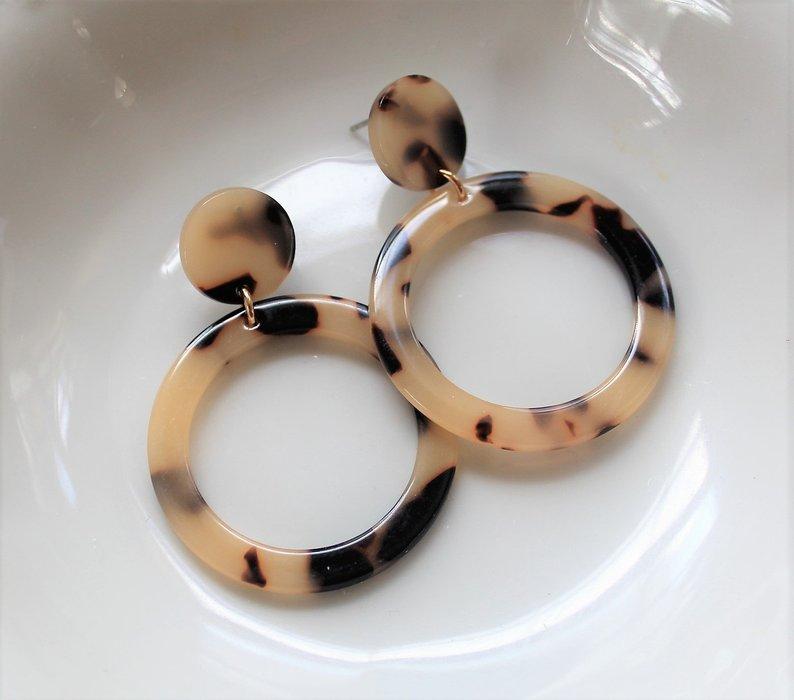 Orecchini tartaruga: I classici a cerchio in una variante di colore delicata e super chic