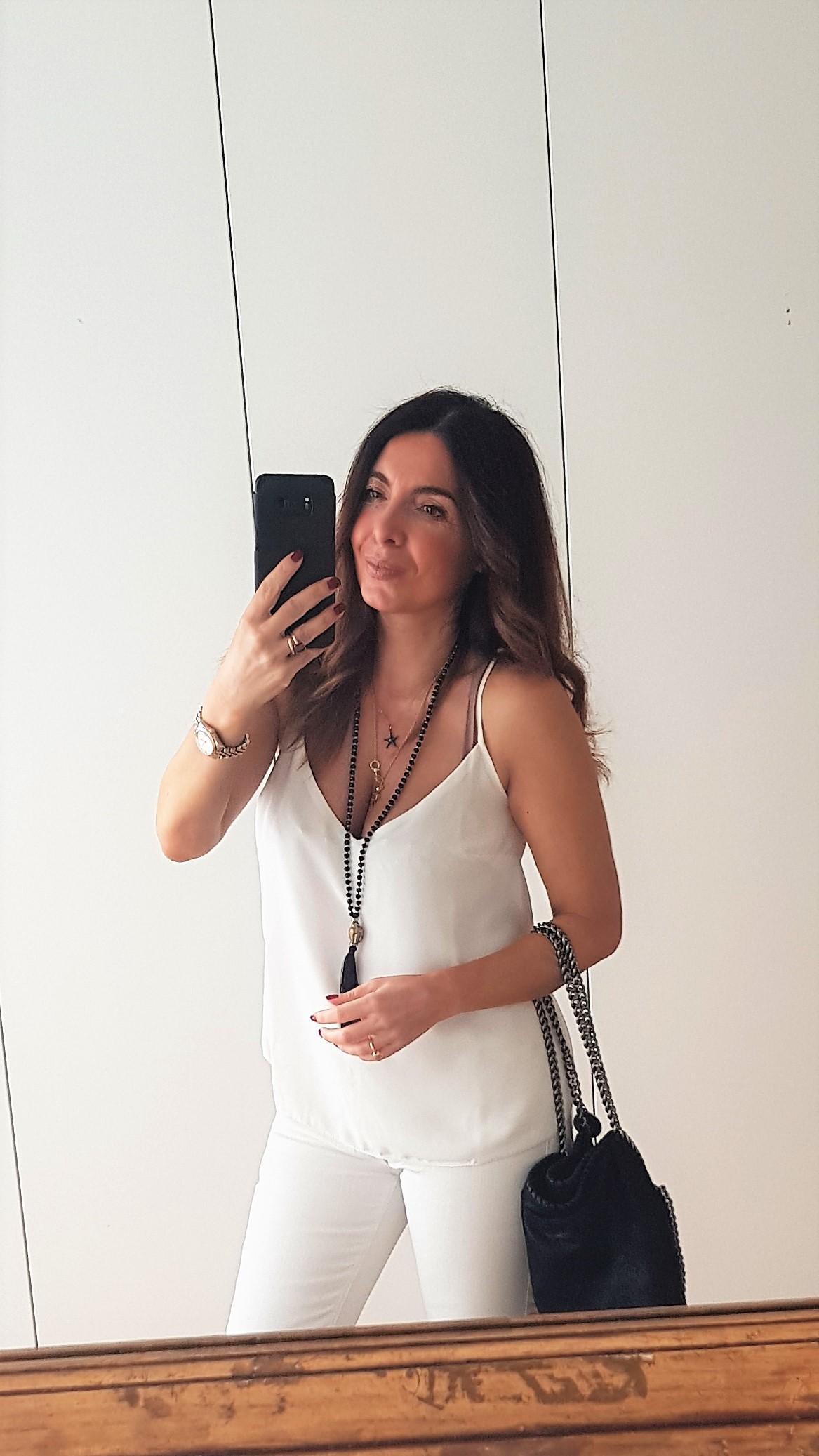Outfit primavera estate in bianco con accessori neri