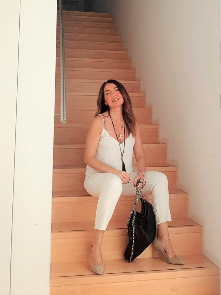 Outfit primavera estate in bianco con accessori neri e borsa Falabella di Stella Mc Cartney