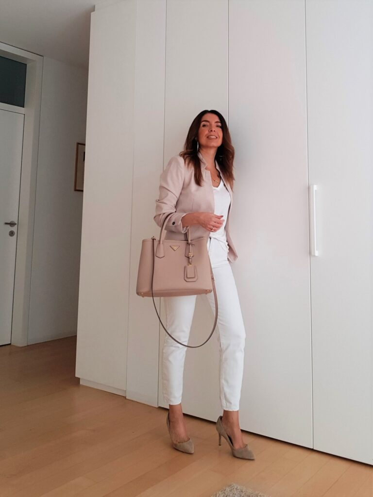 Outfit bianco e cipria con bora Prada Double