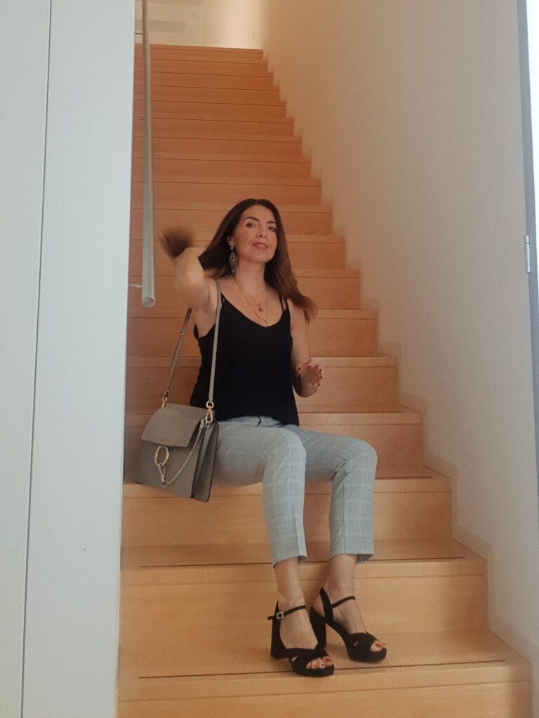 Look estate 2019: Chloé Faye , pantaloni grigi, sandali Bruno Premi e top nero