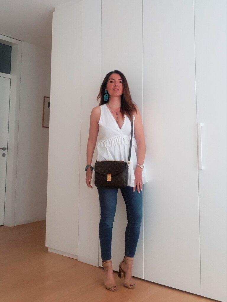Outfit estivi con jeans e lino bianco
