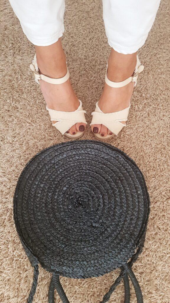 espadrilles e borsa di paglia per la moda estate 2019