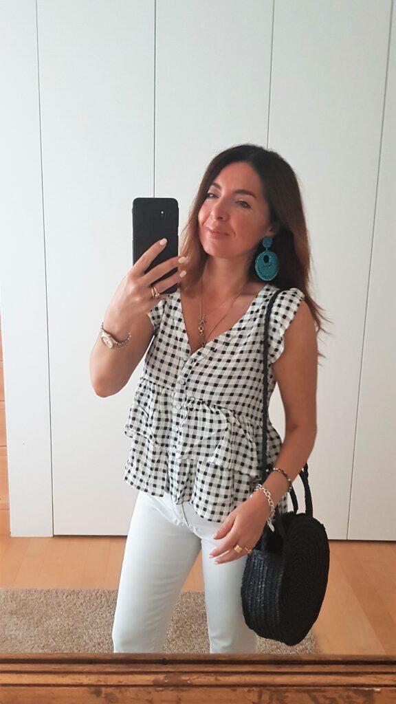 Moda estate 2019, look estivo bianco e nero con borsa di paglia ed espadrillas