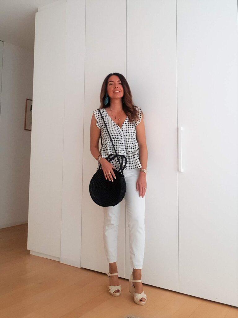 Moda estate 2019, outfit estivo bianco e nero con borsa di paglia ed espadrillas