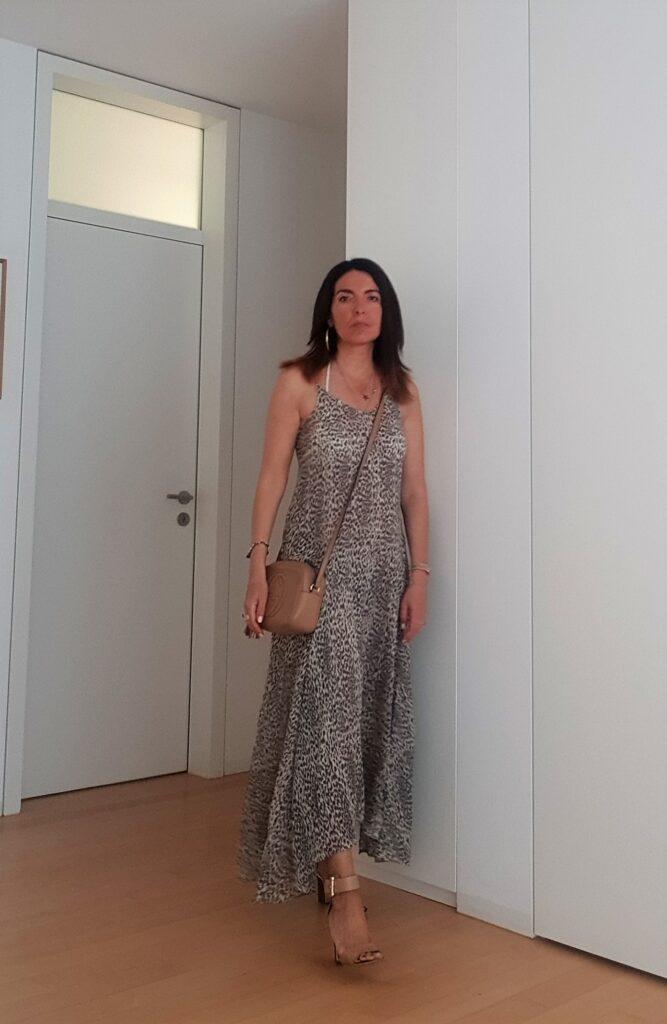 Vestirsi per il caldo con un maxi dress e una Gucci Soho Disco bag