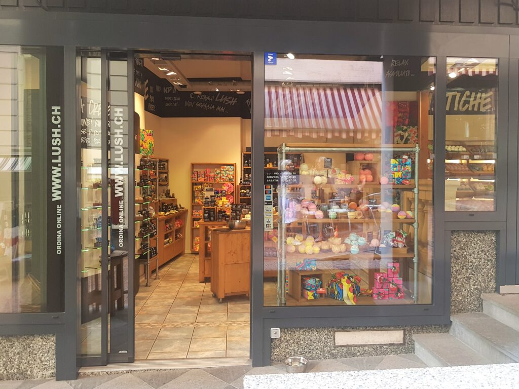 Lugano via Cattedrale e negozio Lush