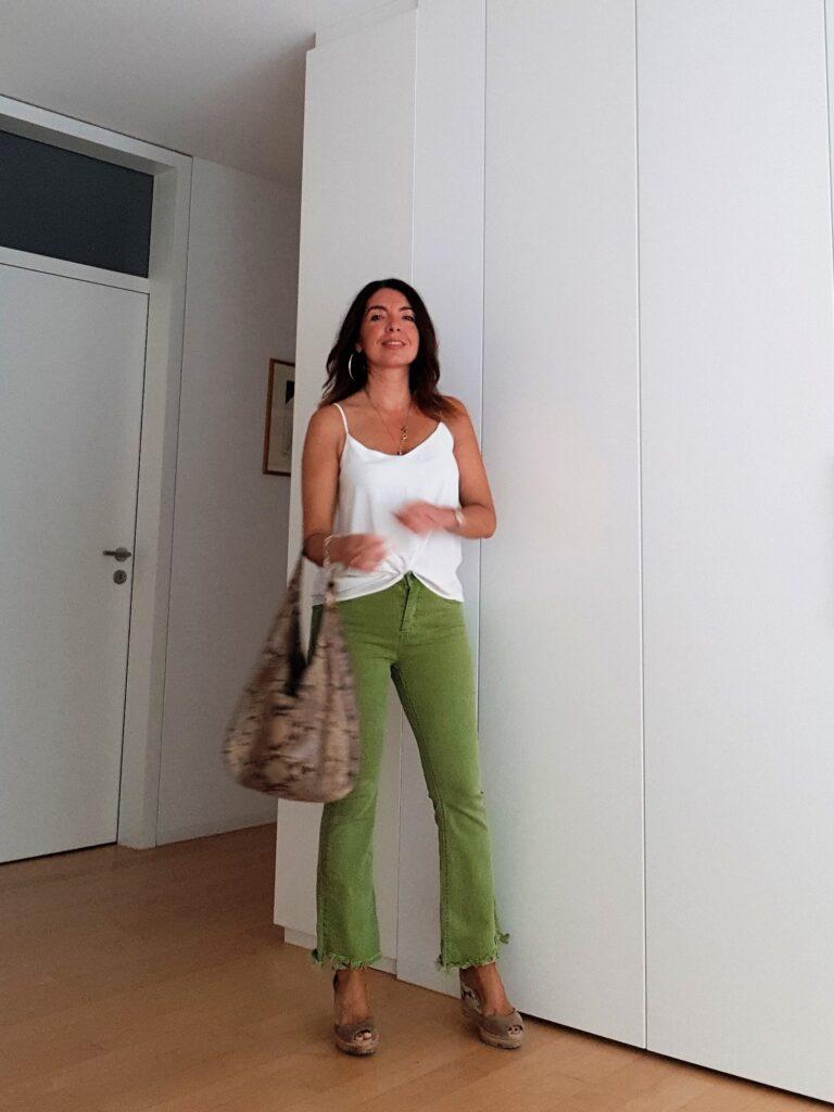 Outfit estivo con jeans a zampa
