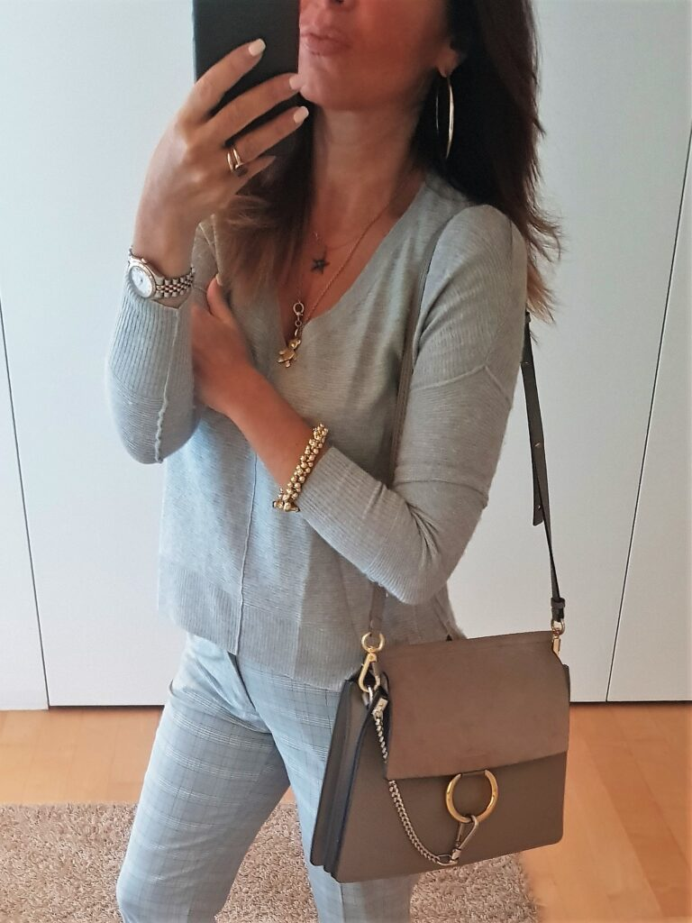 outfit monocromatico con Chloé Faye