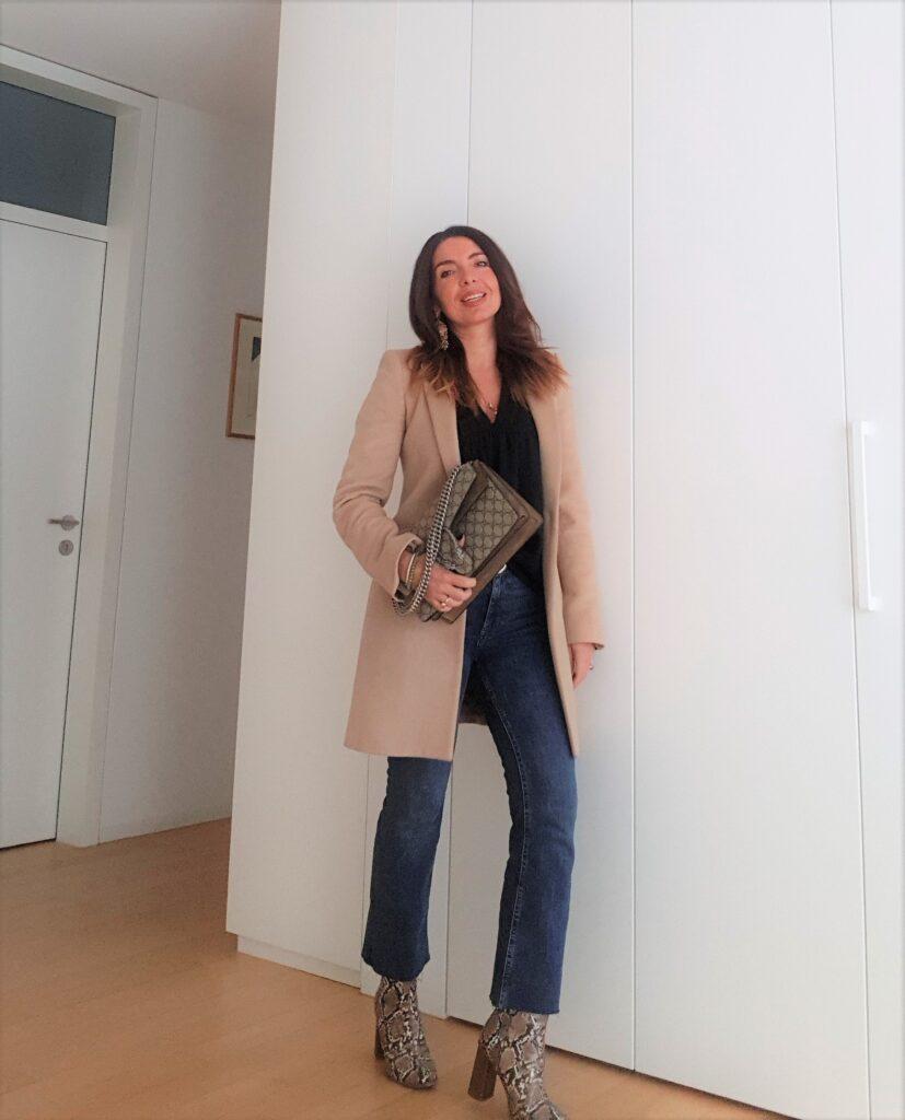 outfit invernali jeans, cappotto e borsa gucci