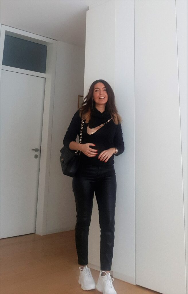 outfit sneakers bianche e total black