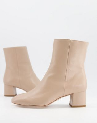 Moda scarpe primavera estate 2021: ankle boot chiari